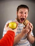 Snel voedsel VERSUS gezond voedsel stock fotografie