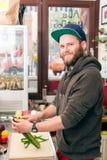 Snel voedselchef-kok die hotdog in snackbar maken royalty-vrije stock afbeelding