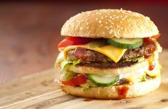 Snel voedselhamburger en frieten op een houten Achtergrond royalty-vrije stock afbeelding