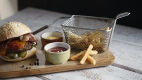 Snel voedselhamburger, frieten stock footage