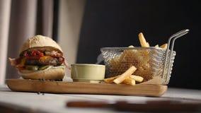 Snel voedselhamburger, frieten stock videobeelden