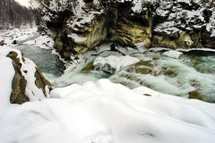 Snel water van bergrivier stock afbeelding