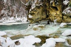 Snel water van bergrivier royalty-vrije stock afbeeldingen