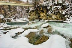 Snel water van bergrivier stock fotografie