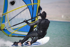 Snel zich beweegt windsurfer. Stock Foto
