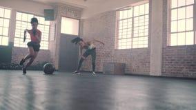 Snelheid en behendigheids opleiding in gymnastiek stock video