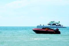 Snelheid en toeristenboot Stock Foto's