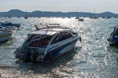 Snelheidsboot in de baai wordt verankerd die Stock Foto's