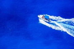 Snelheidsboot die langs de kust in Zakynthos varen Stock Fotografie
