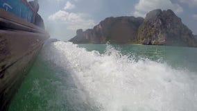 Snelheidsboot die op het overzees aan het eiland rennen stock footage