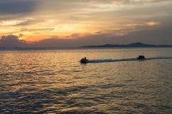 Snelheidsboot en banaanboot in het overzees stock fotografie