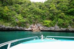 Snelheidsboot en groene rotsberg Stock Fotografie
