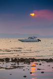Snelheidsboot in het overzees op zonsondergangachtergrond Royalty-vrije Stock Foto's