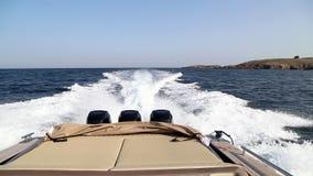Snelheidsboot met drie motoren op zee stock videobeelden