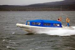 Snelheidsboot met toeristen in Brakkanaal, Argentinië stock afbeelding