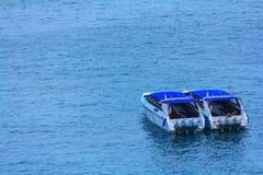 Snelheidsboot in mooie tropische overzees en blauwe hemel van Similan isl Stock Fotografie