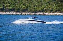 Snelheidsboot op blauw water Stock Foto