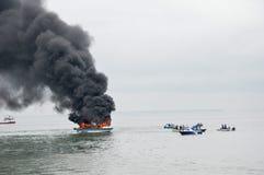 Snelheidsboot op brand in Tarakan, Indonesië Royalty-vrije Stock Foto's