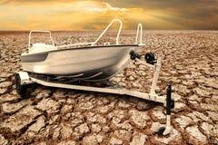 Snelheidsboot op de aanhangwagen voor vervoer met roeispanen op Dr. Stock Afbeeldingen