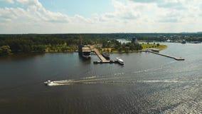 Snelheidsboot op de rivier stock footage