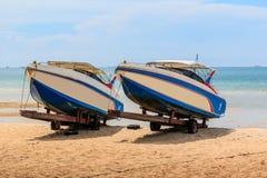 Snelheidsboot op strand Stock Afbeeldingen