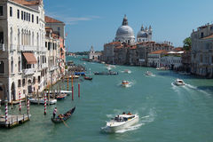 Snelheidsboten op bezig Grand Canal in Venetië, Italië Royalty-vrije Stock Foto