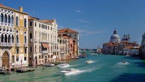 Snelheidsboten op bezig Grand Canal in Venetië, Italië stock afbeeldingen