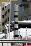 Snelheidscamera die bezige verkeersweg controleren stock fotografie