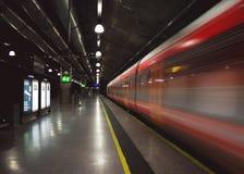 Snelheidslijnen van een snel voorbijgaande trein in een donkere metropost Royalty-vrije Stock Foto's