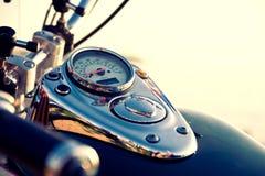 Snelheidsmeter die op tankmotorfiets wordt gevestigd Royalty-vrije Stock Fotografie