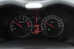 Snelheidsmeter in een auto bij een snelheid van zestig kilometers Stock Foto