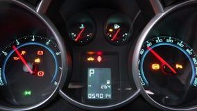 Snelheidsmeter en tachometercomputer aan boord met technische indicatorenvoorwaarde van de auto op het bestuurders` s paneel stock footage