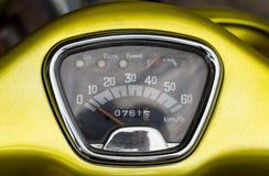 Snelheidsmeter op de stuurwielbromfiets stock afbeelding