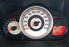 Snelheidsmeter op een autodashboard met 90.890 mijlen op odometer/brandstof 211 km stock fotografie