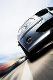 Snelle auto die zich met motieonduidelijk beeld beweegt Stock Foto's