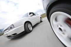 Snelle auto die zich met motieonduidelijk beeld beweegt royalty-vrije stock foto