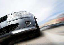 Snelle auto die zich met motieonduidelijk beeld beweegt Royalty-vrije Stock Fotografie