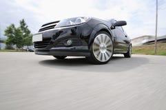 Snelle auto met motieonduidelijk beeld royalty-vrije stock afbeelding