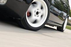 Snelle auto met motieonduidelijk beeld stock afbeelding