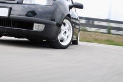 Snelle auto met motieonduidelijk beeld royalty-vrije stock fotografie