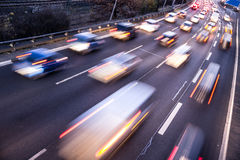 Snelle auto's op weg Stock Afbeelding