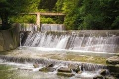 Snelle bergrivier in een successie van watervallen royalty-vrije stock foto's