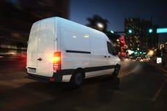 Snelle bestelwagen op een stadsweg die bij nacht leveren het 3d teruggeven Stock Foto