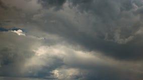 Snelle beweging van cumulonimbus wolken Tijdoverlappingen stock videobeelden