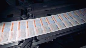 Snelle beweging van kant-en-klare kranten op de transportband in een drukhuis stock video