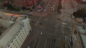 Snelle kruising met groot verkeer stock videobeelden