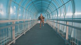 Snelle mens die de tunnel doornemen stock footage