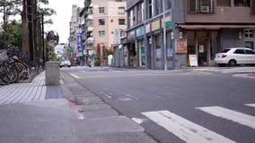 Snelle motie van bezige verkeersstroom op kleine steeg stock videobeelden