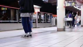 Snelle motie van forenzen die in en uit skytrain bij platform krijgen stock video