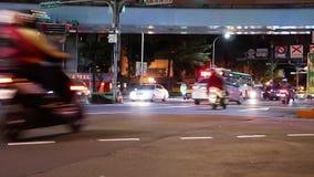 Snelle motie van forenzen die straat kruisen om bus te nemen of skytrain stock footage